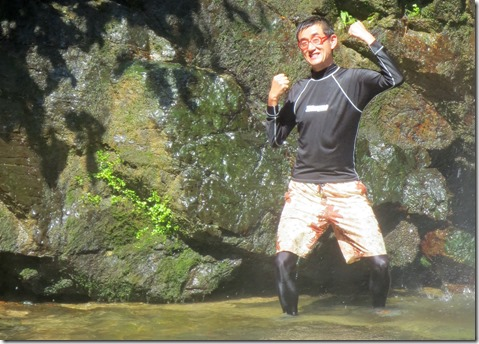 滝の横でガッツポーズ